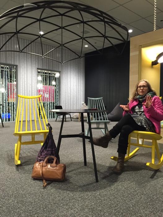 Ilmari Tapiovaaran suunnitelemia keinutuolia Oulun lentokenttä lounge:issa