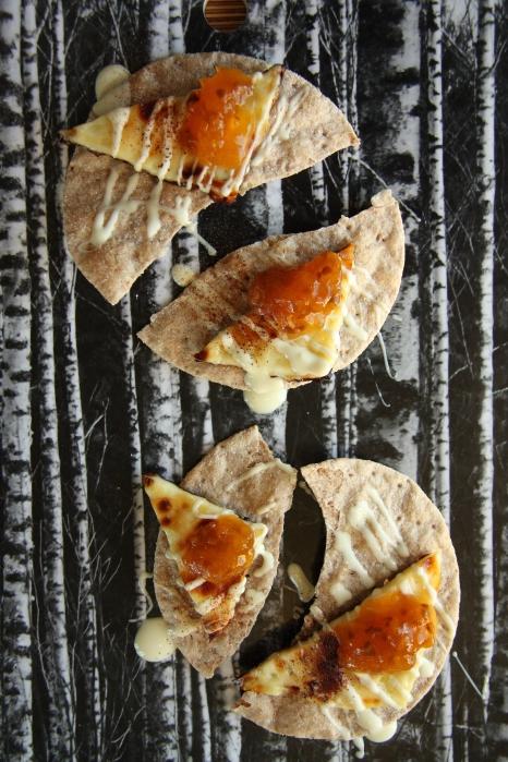 spelttinäkkäri ja leipäjuustoa lakkahillolla