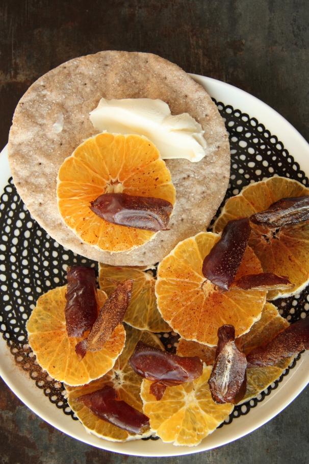maroccolainen appelsiinisalaatti ja rieskanäkkäri